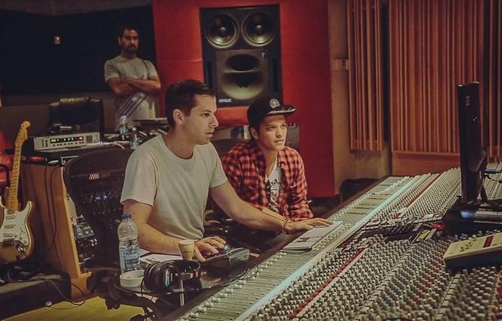 Ronson e Bruno Mars nello studio del produttore. Foto: Facebook