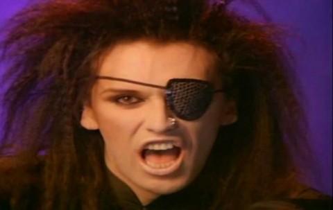 """Pete Burns in un frame del video di """"You Spin Me Round (Like a Record)"""" del 1985"""