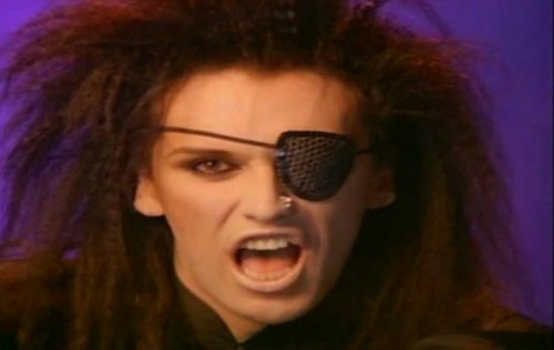 "Pete Burns in un frame del video di ""You Spin Me Round (Like a Record)"" del 1985"