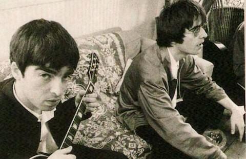 I fratelli Gallagher qualche anno fa, foto via Facebook