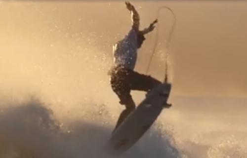 Zeke Lau surfa con una tavola spezzata