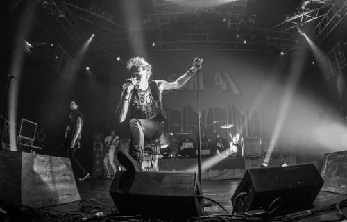 """Deryck Whibley e i suoi Sum 41 durante la tappa del """"Don't Call It A Sum-Back Tour"""" alla House of Blues di Orlando il 5 ottobre scorso - Foto via Facebook"""