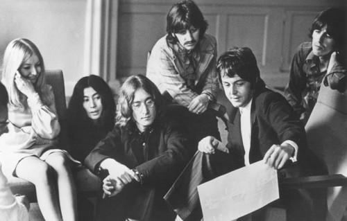 Yoko Ono e i Beatles negli Apple Studios di Londra, 1968. Foto CAMERA PRESS/JHF