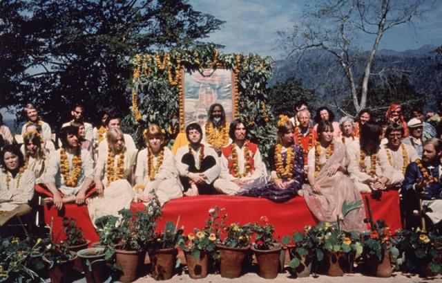 I Beatles e le rispettive mogli a Rishikesh, in India, dal Maharishi Mahesh Yogi a marzo 1968. Foto Hulton Archive/Getty Images