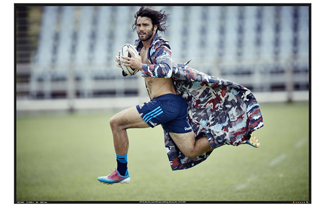 Luke Joseph McLean è nato a Townsville, nel Queensland australiano, il 29 giugno 1987. Gioca nel ruolo di utlity back nella Benetton Treviso e nella Nazionale italiana. Qui indossa un trench stampa camouflage MONCLER GAMME BLEU, pantaloncini ADIDAS, scarpe DIADORA. Foto Giampaolo Vimercati - Style Federica Meacci