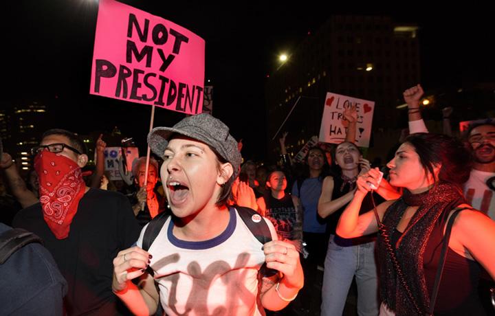 Proteste anti-Trump a Los Angeles, California. Il 9 novembre 2016 - Ronen Tivony/NurPhoto/Getty Images