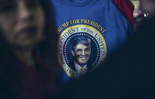 Un sostenitore alla candidatura del Tycoon durante la notte delle elezioni seguita sotto la Trump Tower, Foto Gianluca Vassallo