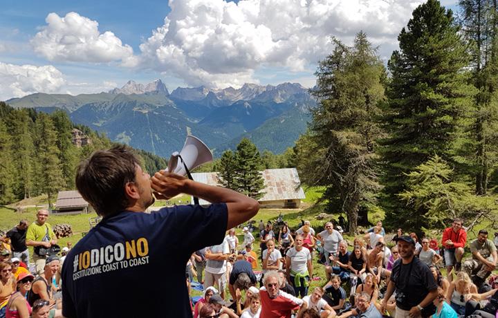 """Alessandro Di Battista durante il tour """"Costituzione Coast to Coast"""", il giro d'Italia per promuovere le ragioni del No al referendum costituzionale. Foto Stefano Torre."""