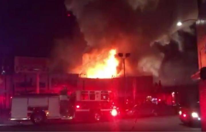 L'incendio di Oakland - Foto via Twitter