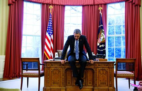 Il Presidente uscente degli Stati Uniti Barack Obama seduto sulla scrivania dello Studio Ovale, 23 febbraio 2016, foto Pete Souza/White House