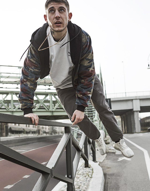 Rkomi 22 anni. Giacca e pantaloni IUTER; t-shirt adidas Originals; sneakers TUBULAR SHADOW adidas Originals - Foto Fabio Leidi
