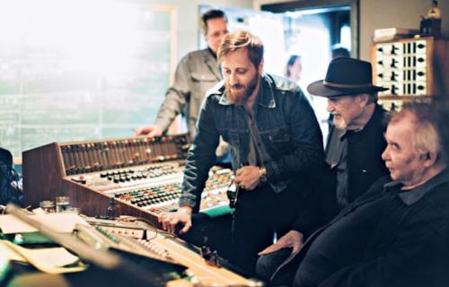 """Dan Auerbach, Duane Eddy e John Prine negli studi di Auerbach """"Easy Eye Sound"""", Nashville. Foto di Alysse Gafkjen"""