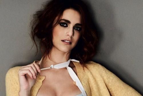 In questa foto Miriam indossa: cardigan, gonna e collana di perle MIU MIU; intimo LA PERLA - Foto di Giovanni Gastel