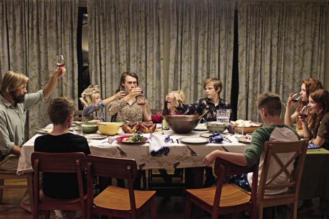 Papà Ben (Viggo Mortensen, a sinistra) e famiglia in un'immagine di Captain Fantastic, nei cinema italiani dal 7 dicembre