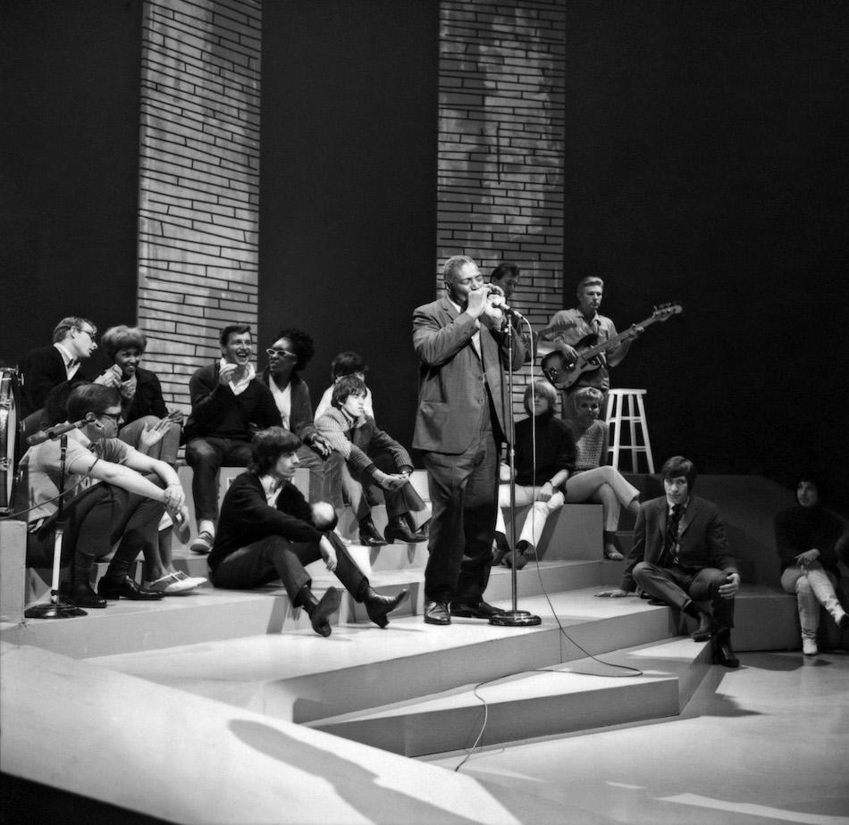 Nel maggio del 1965 i Rolling Stones hanno praticamente costretto lo show tv per teenager Shinding! a ospitare Howlin' Wolf. Nella foto, un momento dell'esibizione (Photo by Michael Ochs Archives/Getty Images)