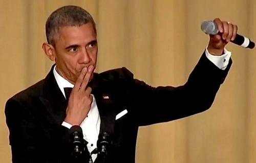 """Obama e il suo celebre """"mic drop"""" del 30 aprile scorso dopo la sua ultima cena con i giornalisti corrispondenti dalla Casa Bianca"""