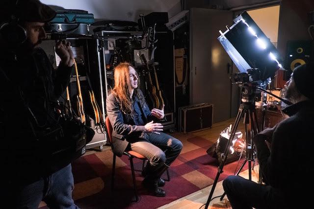 Manuel Agnelli durante le riprese, foto di Mattia Ghidelli