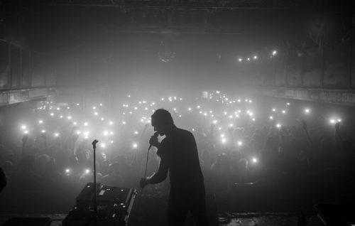 Cosmo durante il live ai Magazzini Generali di Milano. Foto Chiara Mirelli