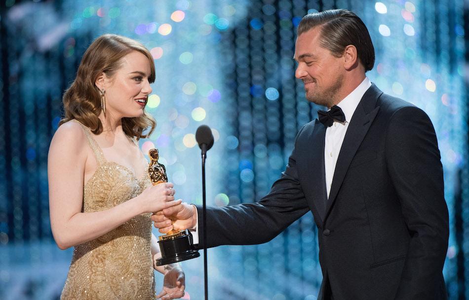 Emma Stone riceve l'Oscar come miglior attrice da Leonardo DiCaprio, foto di Aaron Poole / ©A.M.P.A.S.