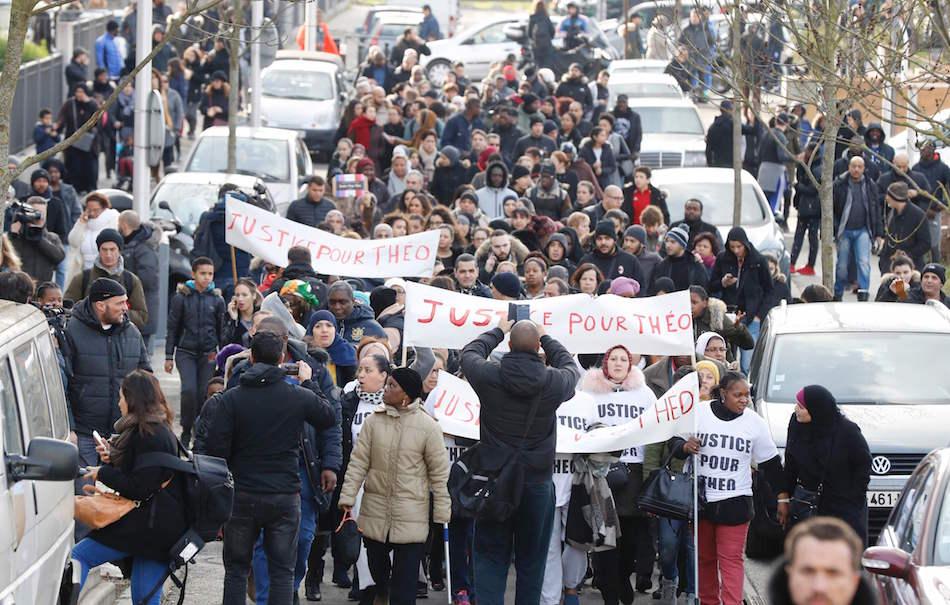 Le proteste per Théo, immagine via Twitter