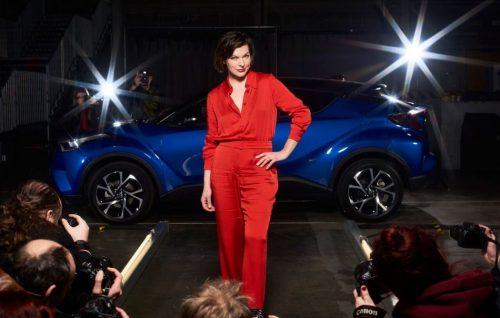 Milla Jovovich con la nuova Toyota C-HR - Foto stampa