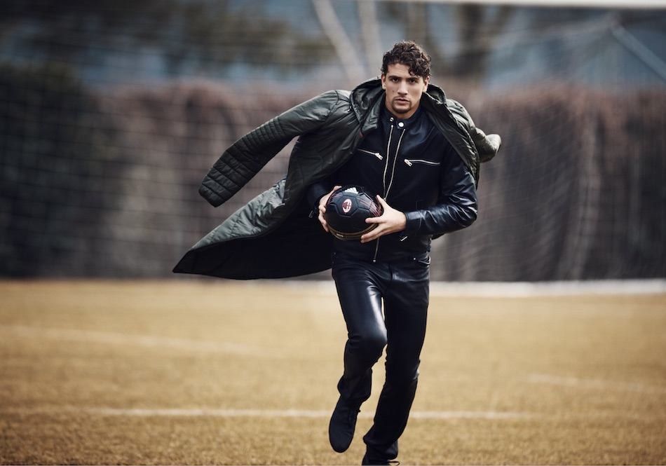 Giacca e pantaloni in pelle: DIESEL; giaccone, scarpe e pallone: collezione adidas AC Milan – stagione 2016-2017. Foto di Giampaolo Vimercati