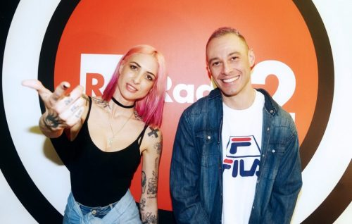 Ema Stokholma e Fabri Fibra negli studi di Radio2