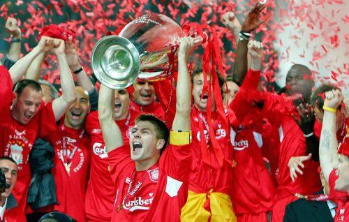 Il capitano del Liverpool Steven Gerrard con la Champions League dopo l'incredibile finale vinta contro il Milan nel 2005. Foto di liewig christian/Corbis via Getty Images