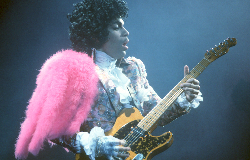 Prince sul palco del Fabulous Forum a Inglewood il 19 febbraio 1985, foto di Michael Montfort/Michael Ochs Archives/Getty Images