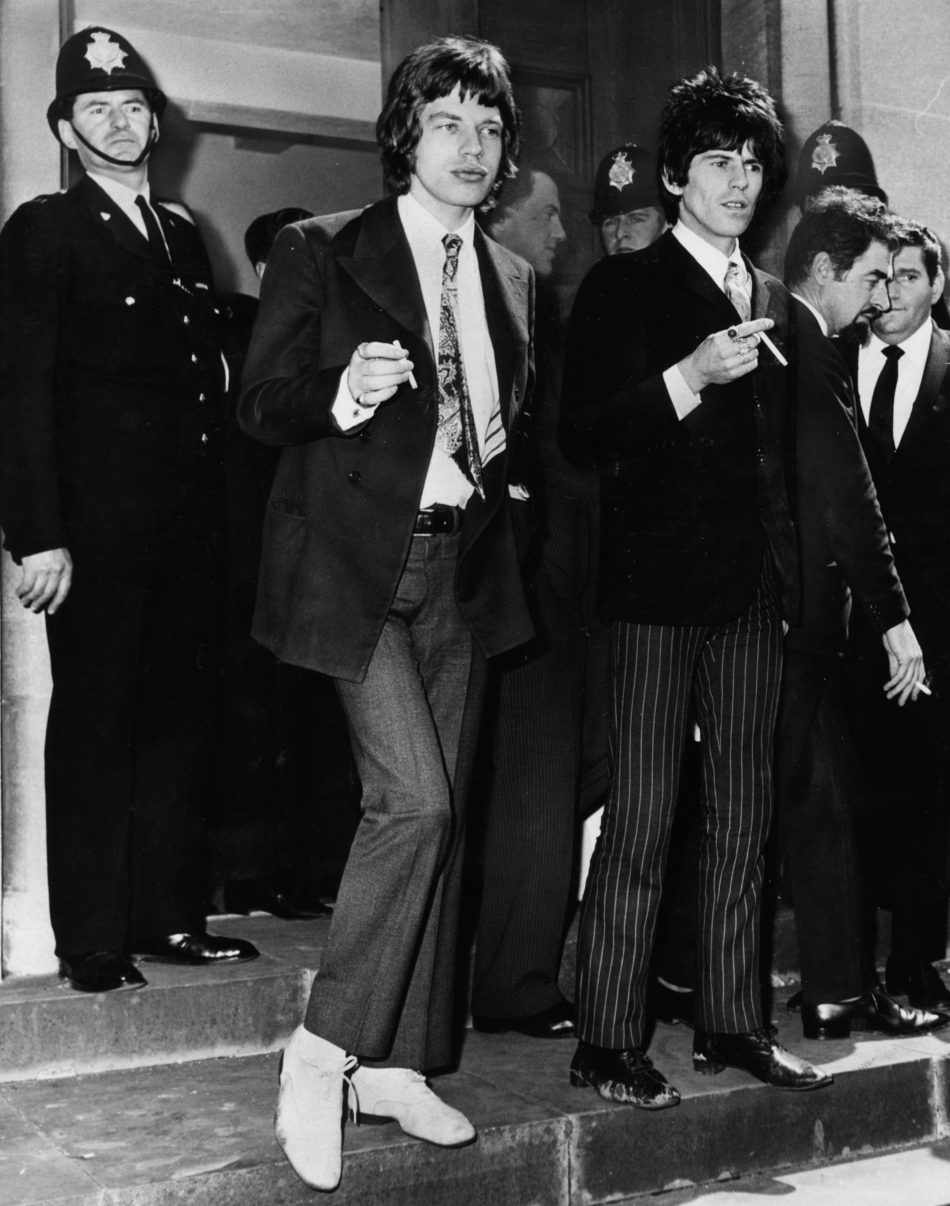 Mick Jagger e Keith Richards mentre fumano fuori dal tribunale di Chichester, dove sono apparsi per accuse di possesso di droga il 10 maggio 1967. Foto:Ted West/Central Press/Getty Images