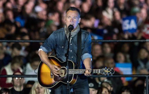 Bruce Springsteen durante la campagna per Hillary Clinton il 7 novembre 2016 a Philadelphia. Foto di Gilbert Carrasquillo/FilmMagic