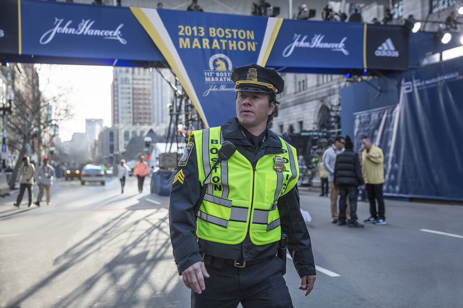 "Mark Wahlberg nei panni dell'agente di polizia Tommy Saunders in una scena di ""Boston – Caccia all'uomo"""