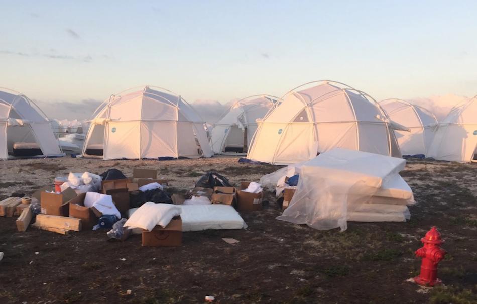 "Le tende di ""lusso"" alle Bahamas. Foto via Twitter"
