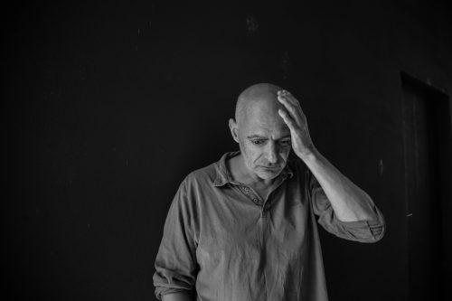 """Antoine d'Agata, il fotografo punk che vive con """"gli ultimi"""" della società"""