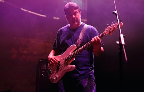 Kevin Garcia durante un concerto con i Grandaddy a Londra. Foto di Burak Cingi/Getty Images