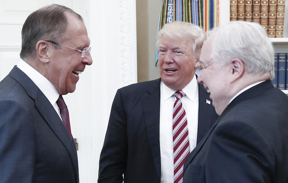 Il colloquio avvenuto il 10 maggio alla Casa Bianca tra Donald Trump, il ministro degli Esteri russo Sergei Lavrov (sinistra) e l'ambasciatore russo negli Stati Uniti Sergei Kislyak (destra). Foto di Alexander ShcherbakTASS via Getty Images