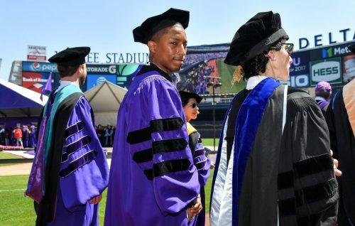 Pharrell Williams riceve la laurea ad honorem e parla di parità di genere alla NYU