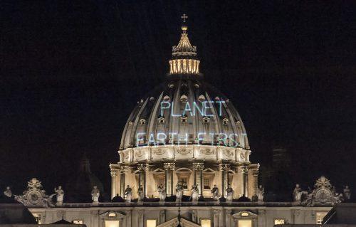 Greenpeace accoglie Trump con un messaggio su San Pietro