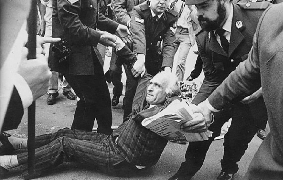 Dall'archivio del Partito Radicale, un'immagine di Pannella del 1985, durante una manifestazione a Bruxelles per gli Stati Uniti d'Europa