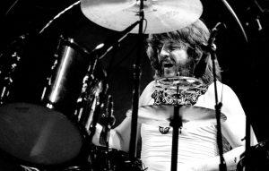 John Bonham sul palco durante lo storico concerto dei Led Zeppelin al Madison Square Garden del 1977. Foto di Richard E. Aaron/Redferns