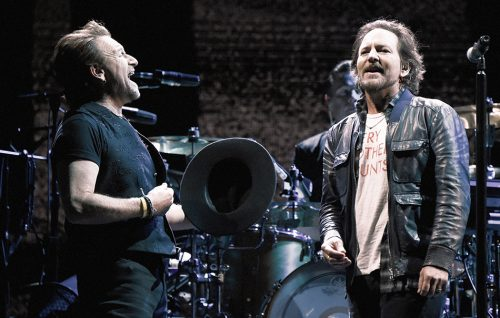 Guarda gli U2 sul palco con Eddie Vedder e i Mumford and Sons