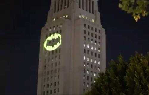 Hanno proiettato il Bat-segnale a Los Angeles in memoria di Adam West