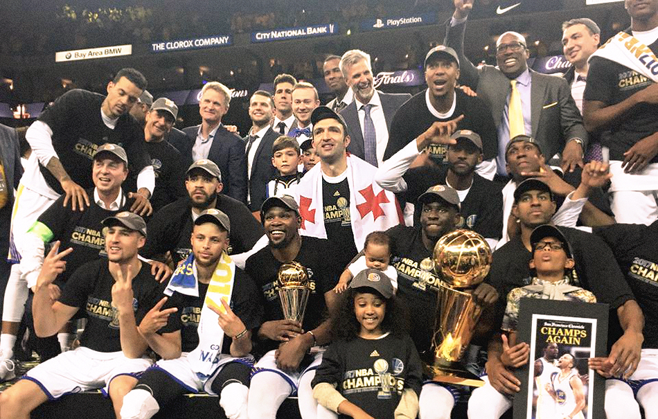 I Warriors in posa con amici e famigliari. Foto via Facebook