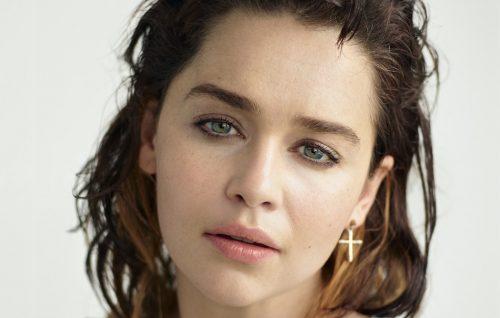 Emilia Clarke: «Ho il mascara e un Q.I. alto, problemi?»