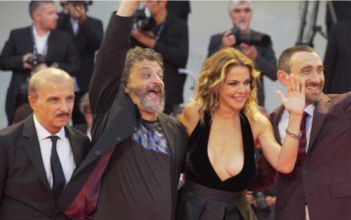 Carlo Buccirosso, Marco Manetti, Claudia Gerini e Antonio Manetti sul red carpet di Venezia 74. Credit: Leonardo Cestari