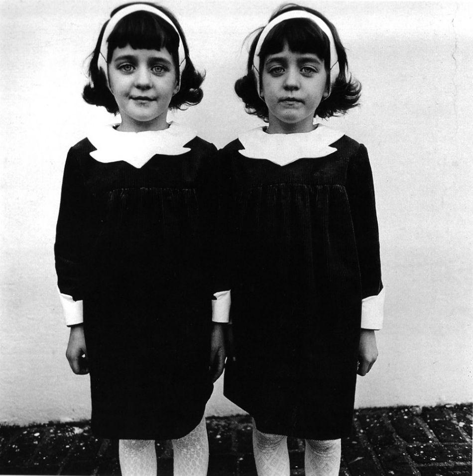 'Identical Twins', scattata nel 1967 in New Jersey da Diane Arbus