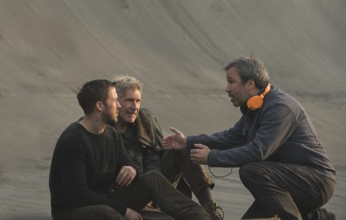 "Ryan Gosling, Harrison Ford e Denis Villeneuve sul set di ""Blade Runner 2049"". Foto: Sony Pictures Releasing International"