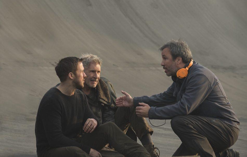 "Ryan Gosling, Harrison Ford e Denis Villeneuve sul set di ""Blade Runner 2049"". Foto: Sony Pictures Releasing International"
