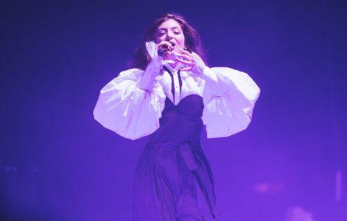 Lorde in un'esibizione live. Foto via Twitter