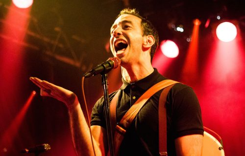 Albert Hammond Jr. suona George Harrison in versione natalizia
